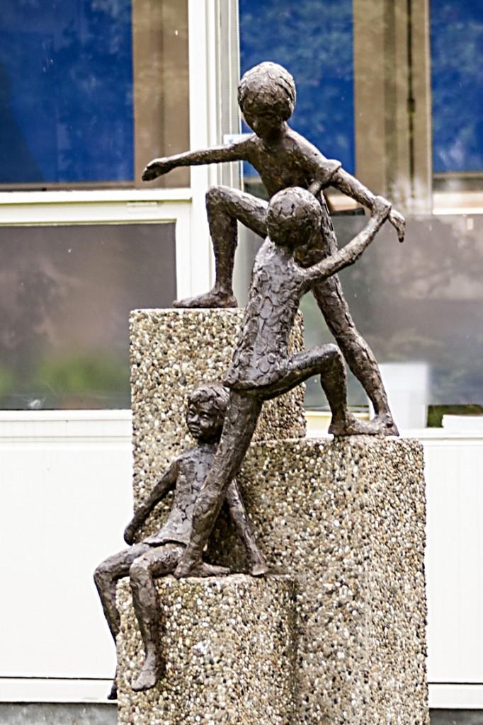 24b De drie spelende kinderen op sokkel, mw. van den Berg - Been